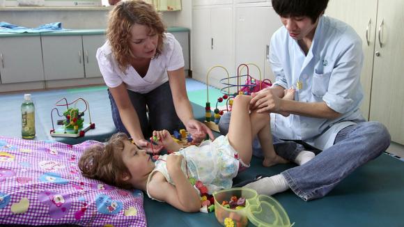 Материнский капитал разрешат тратить на лечение детей-инвалидов с помощью дельфинов