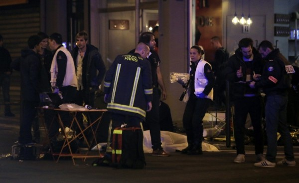 В Париже в результате взрывов и стрельбы погибли не менее шестидесяти человек