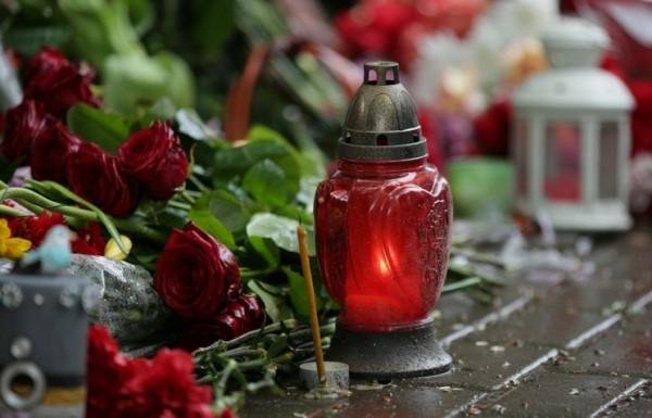 Москвичи несут цветы к французскому посольству в память о жертвах терактов