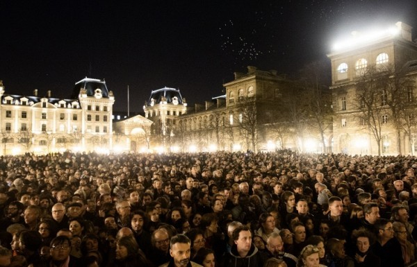 В соборе Парижской Богоматери прошла поминальная служба по жертвам теракта