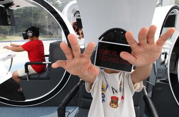 Дети играют в виртуальной реальности. Южная Корея. Фото АР