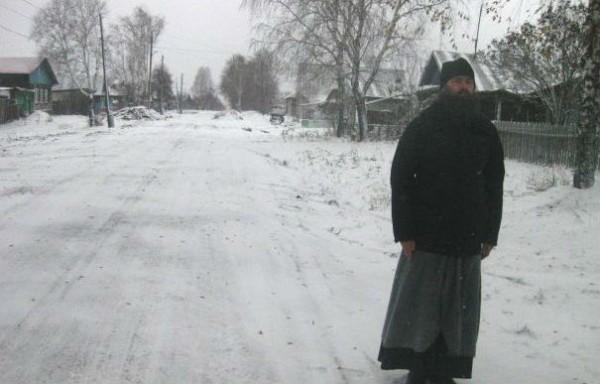 В Алапаевске священник своими силами отремонтировал дорогу