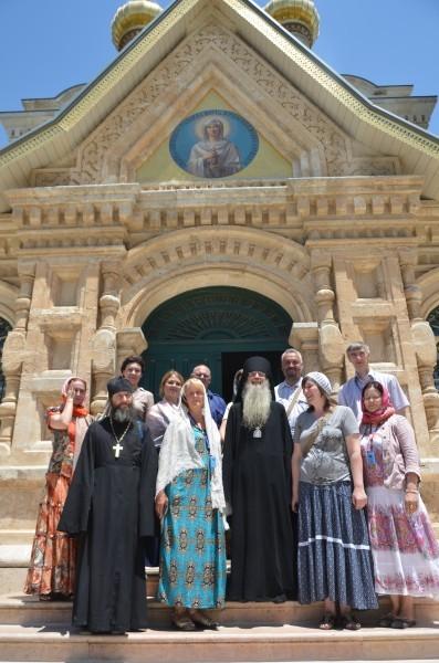 Паломники на ступенях Храма Святой Марии Магдалины в Гефсимании