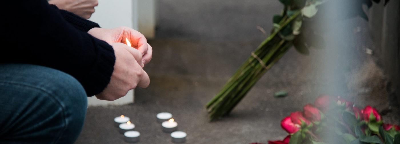 Москвичи идут к посольству Франции в России, чтобы почтить память жертв терактов (фото)
