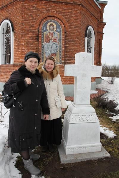 Матушка Елена (моя супруга) и наш регент Лариса у могилы отца Александра