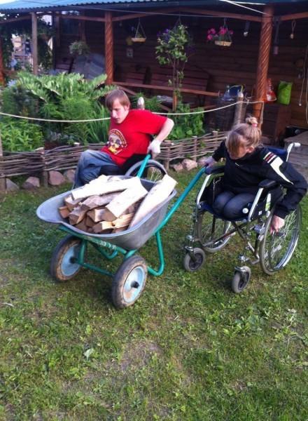 Кирилл и Люба подвозят дрова