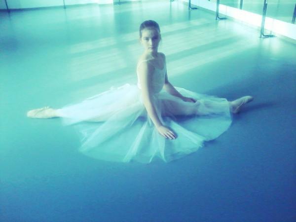 Настя танцует балет…