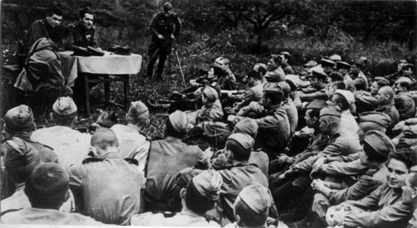 Симонов читает стихи бойцам бойцам и офицерам. Фото: godliteratury.ru