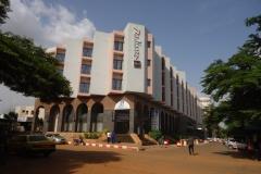 Террористы захватили более 150 заложников в гостинице в столице Мали