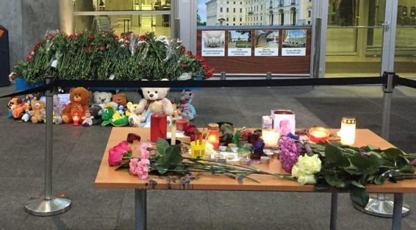 В Пулково несут цветы и игрушки в память о жертвах катастрофы в Египте Фото: Радио Балтика