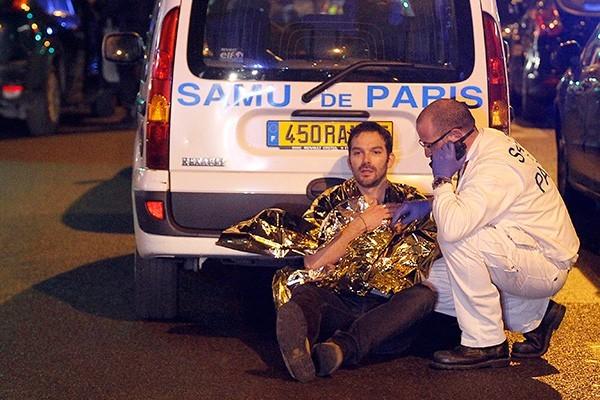 Пострадавшим в ходе терактов в Париже оказывают психологическую помощь