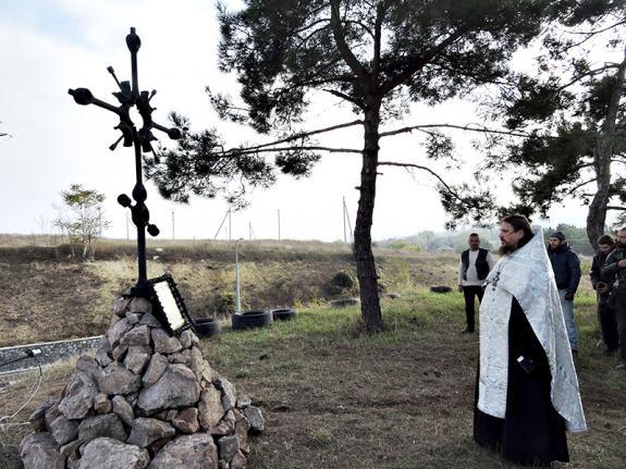 Байкеры установили под Севастополем поклонный крест из деталей двигателя