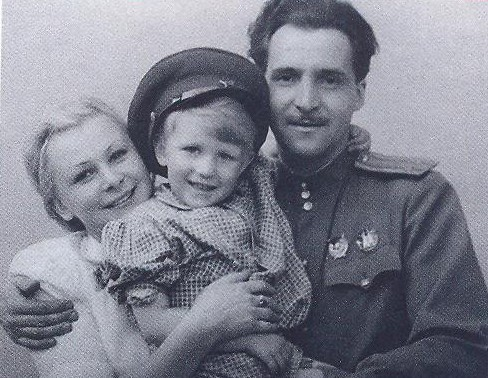 Валентина Серова, ее сын Толя и Константин Симонов. Фото: cbs3-uao.ru