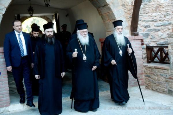 Архиепископ Иероним посетил остров Самос, где находятся тысячи беженцев