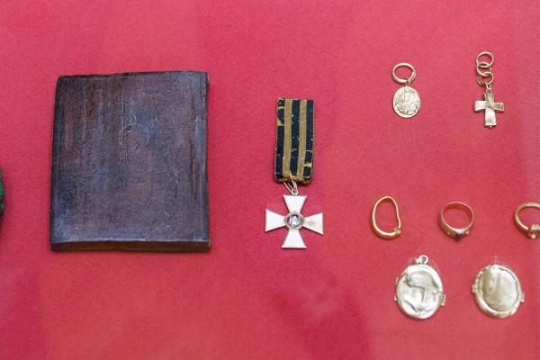 Личные вещи и Георгиевский крест, бывшие на Сергее Александровиче в момент гибели.