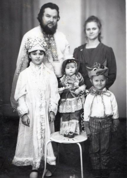 Отец Агафангел и матушка Валентина с детьми
