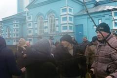 Верующим, запертым в храме в селе Птичья под Ровно, смогли передать еду