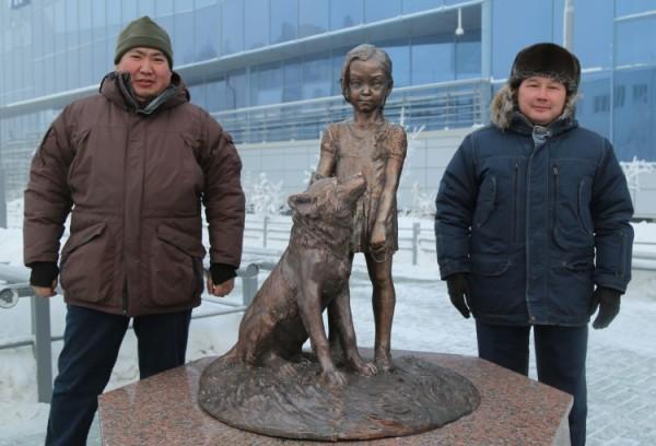 Памятник трехлетней девочке и ее щенку, выжившим в тайге, установили в Якутии