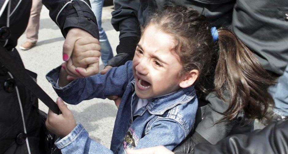 Отнимают ребенка у матери, говоря, что борются с беспризорничеством