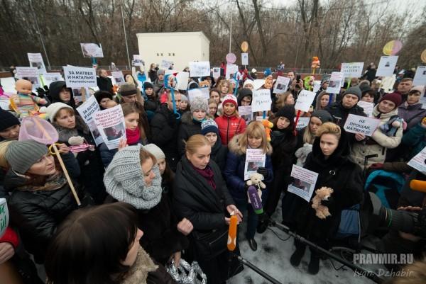 Пикет в защиту обгоревшего ребенка из Тулы проходит в Москве
