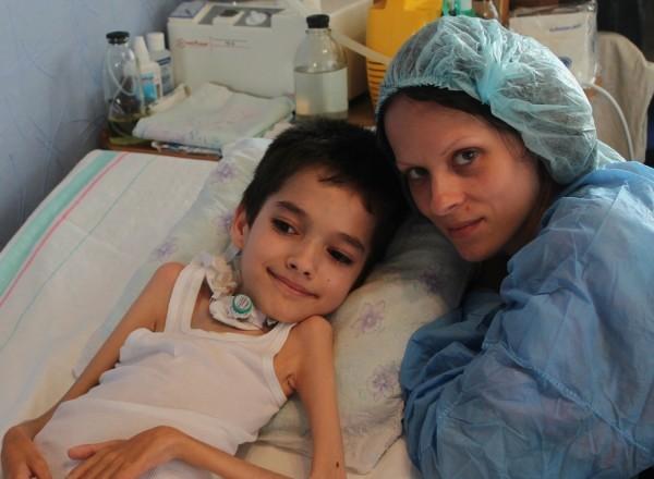 Ваня Плотников с мамой в реанимации до того, как им приобрели аппарат и они смогли уехать домо