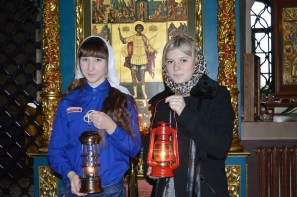 В Москву привезли Вифлеемский огонь