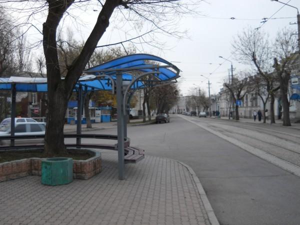Трамвайные остановки теперь пусты