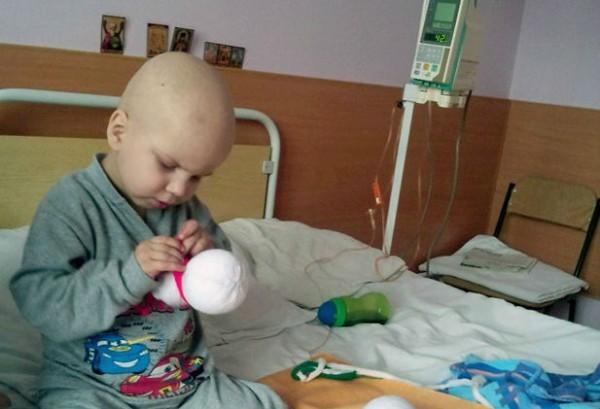 Сотни жителей Белоруссии делают снеговиков, чтобы помочь больному раком ребенку