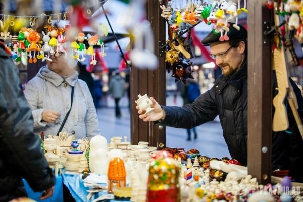 «Ностальгия и просто нравится»: ярмарка народных промыслов от Минпромторга