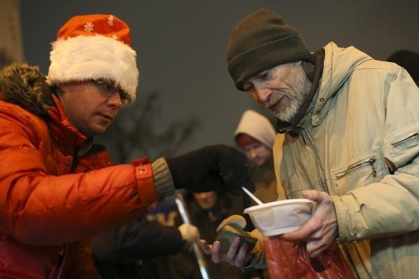 Как Дед Мороз к московским бездомным приходил