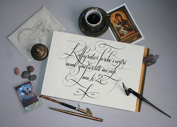Каллиграфия на итальянском: Rallegratevi, perché i vostri nomi sono scritti nei cieli. «Радуйтесь тому, что имена ваши записаны на небесах»