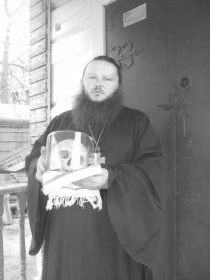 Протоиерей Алексий Иродов держит в руках череп, найденный на разоренном православном кладбище. На нем отпечаталась надпись «Святый Боже, помилуй нас» – от венчика, который кладут умершему на лоб.