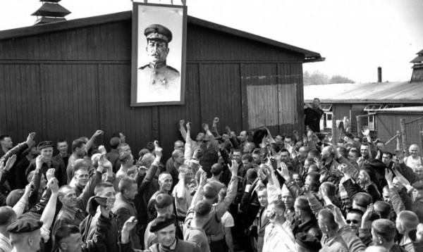 Советские пленные подняли портрет Иосифа Сталина в честь освобождения Бухенвальда. Многие из них транзитом проследуют из Бухенвальда в ГУЛАГ