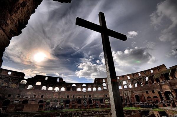 Крест в римском Колизее - в память о казненных на его арене христианах. Фото: lopatinfoto.ru