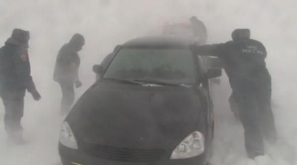 Полицейский получил обморожение рук, отдав куртку и рукавицы замерзающим на трассе людям
