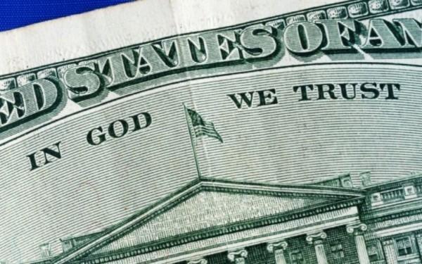 Американские атеисты требуют убрать с долларовых купюр надпись о вере в Бога