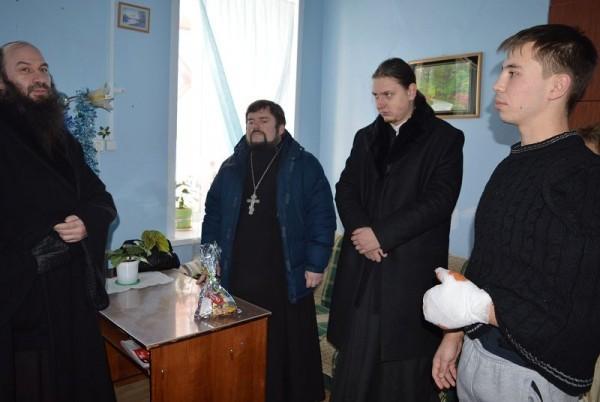 Епископ Орский навестил в больнице бойца ППС, отдавшего одежду замерзающим
