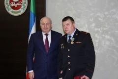 В Хакасии наградили полицейского, спасшего 300 детей
