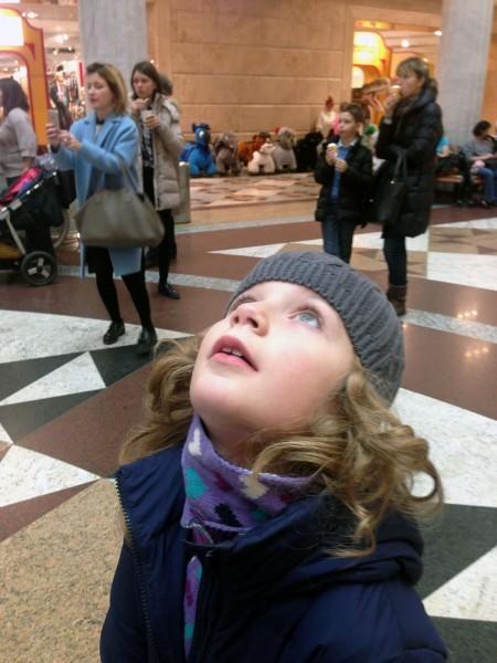 В Центральном детском магазине, Москва