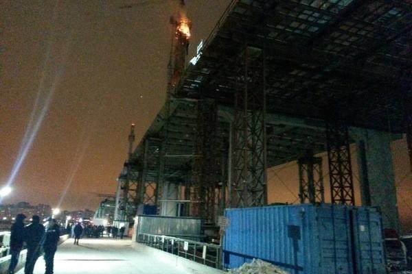 Крановщица в Петербурге спасла рабочих из огня