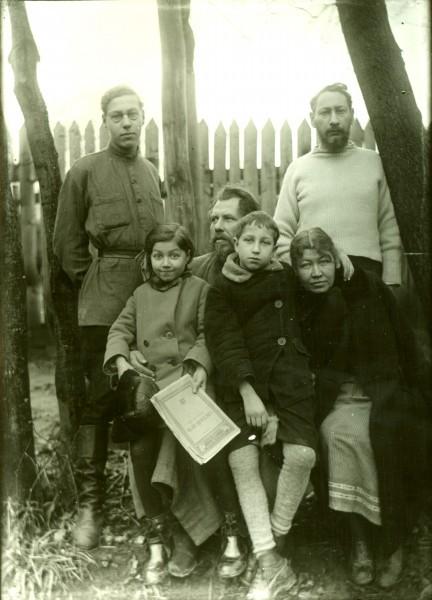 1932 год. Стоят Флоренские Кирилл и отец Павел, сидят Флоренские Мария, Михаил, Анна Михайловна и Гиацинтов В.М.