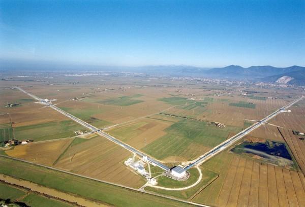 Итальянский детектор гравитационных волн VIRGO с плечами длиной 3 км сооружался с 1996-го и введен в строй в 2003 году. Фото: scisne.net