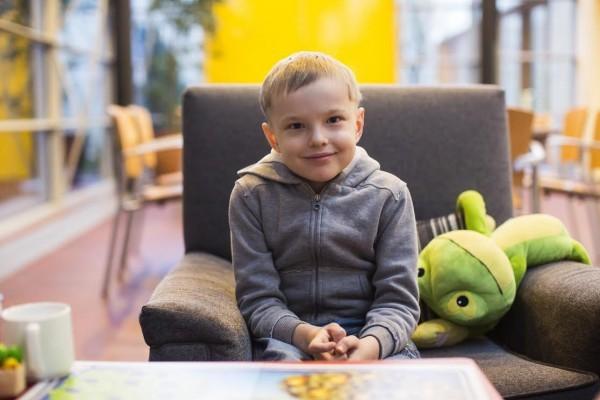 Russische Familie mit Ivan im Familienhaus des UKM. Spende für Behandlung im UKM