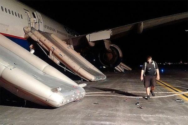 Эвакуация пассажиров по надувным трапам прошла организованно. Фото: Twitter/Capiurtecho
