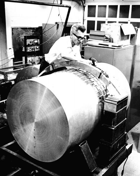 Джозеф Вебер налаживает один из первых детекторов гравитационных волн. Фото: «Вокруг Света» № 02/2007