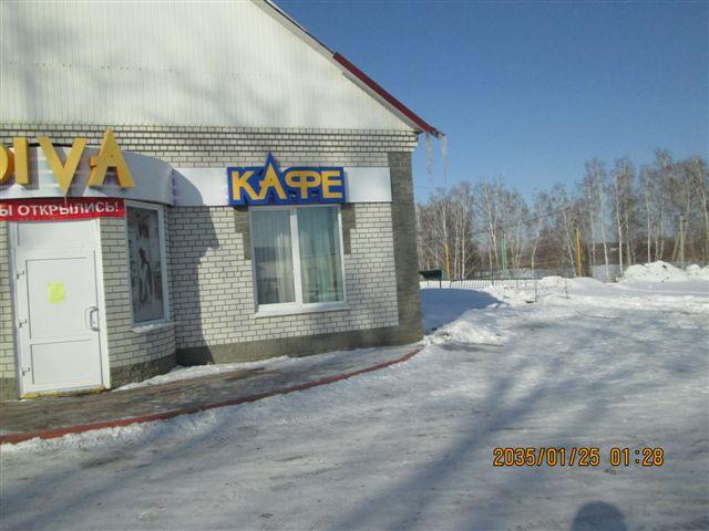 Около магазина и кафе расположен колодец