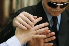 Священников научат общаться со слепоглухими людьми