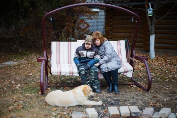 Снежана с сыном Пашей и их собакой. Фото: Анастасия Кулагина