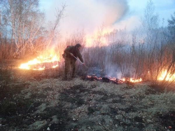 Протоиерей Александр Тылькевич на тушении степных пожаров в 2015 году