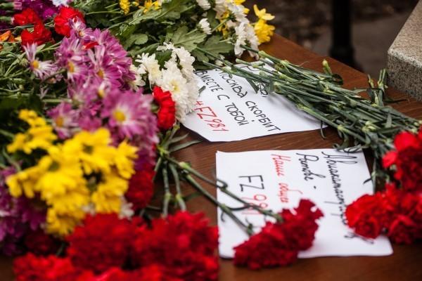 Москвичи несут цветы в память о погибших пассажирах «Боинга»